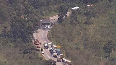 Rodovia BR-040 é liberada 15 horas após tombamento de carreta, em Nova Lima - A carreta transportava um produto químico abrasivo, o que dificultou a liberação da via. O acidente aconteceu por volta das 5h desta sexta-feira (3), e o trecho só foi liberado perto das 21h.