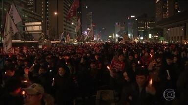Milhares de pessoas ocupam as ruas em protesto em Seul - Manifestantes pedem a saída imediata da presidente afastada da Coreia do Sul.