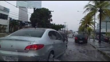 Forte chuva causa transtornos no Grande Recife - Ruas ficaram alagadas, veículos quebraram e árvores caíram neste sábado (4).