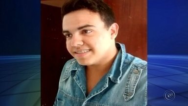 Homem é encontrado morto com tiros na cabeça em Chavantes - Um homem de 23 anos foi encontrado morto com dois tiros na cabeça na noite de sexta-feira (3), na divisa de Chavantes (SP) com o estado do Paraná. De acordo com informações da Polícia Militar, o corpo estava nu e foi achado quando os policiais foram acionados por conta de um carro que estava pegando fogo no Distrito de Irapé.