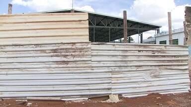 Centro de Assistência a Crianças de Ceilândia está sem muro - Tudo isso porque um trator derrubou o muro.