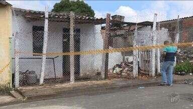 Polícia investiga se casal foi assassinado em casa incendiada em Hortolândia - Vizinhos tentaram ajudar no combate às chamas, mas vítimas não resistiram. Incêndio ocorreu neste sábado (4).