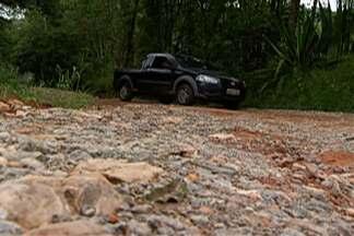 Produtores rurais e moradores reclamam de estrada em Mogi das Cruzes - Buracos prejudicam a circulação de famílias e dos caminhões que transportam as hortaliças.