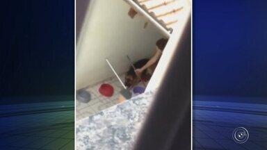 Polícia investiga denúncia de maus-tratos contra cachorro em Jundiaí - A Polícia Civil de Jundiaí (SP) investiga a denúncia de uma mulher encaminhada à delegacia por suspeita de maus-tratos contra um cachorro. Um vídeo enviado à redação da TV TEM mostra um cachorro amarrado com uma coleira e o focinho preso com uma fita adesiva para não latir.