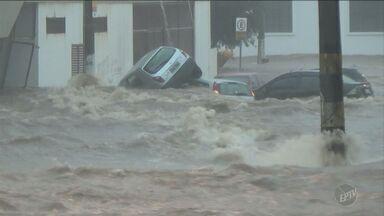 Temporal atinge Piracicaba na tarde de segunda-feira causando alagamentos e estragos - A força da água era tanta que arrastou carros.