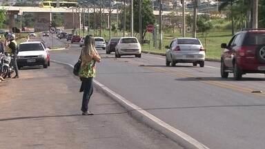 Passageiros reclamam da falta de ônibus no Parkway - Quem depende do transporte público no Parkway tem que enfrentar uma verdadeira penitência. O passageiro é obrigado a descer na beira da estrada e ainda andar muito durante bastante tempo para chegar ao trabalho.