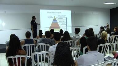 Cursinho comunitário é realizado no salão de uma paróquia em Aparecida de Goiânia - Oitenta professores revezam ministrando as aulas.