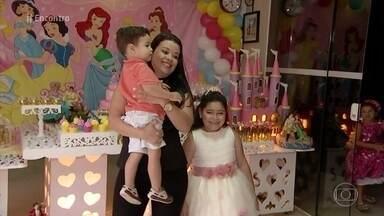 Rafaela realiza sonho de ter festa de princesa - Menina fez questão de convidar a equipe médica que cuidou dela por mais de dois anos. A história de Rafaela ficou conhecida quando o irmão mais velho lançou o livro 'A Princesa que Usa Óculos'