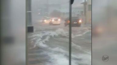 Ribeirão Bonito tem ruas alagadas após 2h de chuva - Região central foi um dos pontos mais atingidos na segunda-feira (6).