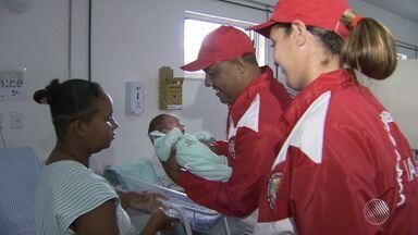 Mulher que deu à luz no carnaval reencontra bombeiros que ajudaram no parto - O filho de Marluce Silva, ambulante, nasceu em plena folia em Salvador.