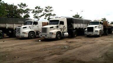 Barulho de caminhões estacionados em área verde causa transtornos no Distrito Industrial - Moradores se queixam do barulho e das calçadas quebradas pelos condutores de veículos de uma empresa de adubo.