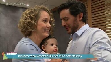Bebê Rafael é o xodó do elenco de 'A Lei do Amor' - Ricardo Tozzi e Camila Morgado se derretem pelo neném, que interpreta o menino Caio, filho de Augusto e Vitória