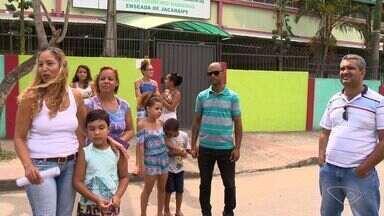 Alunos de escola na Serra, ES, estão sem aula por falta de professores - Ano letivo começou em fevereiro.Segundo a prefeitura, a situação só vai ficar normalizada nesta quinta (9).