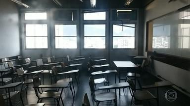 Uerj tem reunião para decidir situação do Cap e da universidade - O Colégio de Aplicação da UERJ só conseguiu cumprir três meses de aula do ano letivo de 2016. O reinício das aulas já foi adiado cinco vezes. Nesta semana, um dos elevadores despencou na UERJ Maracanã.