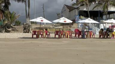 Um dia após operação ambiental, Praia do Francês está deserta - Situação preocupa ambulantes que trabalham no local.