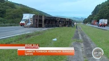 Carreta tomba ao bater em carro na rodovia Dom Pedro em Igaratá, SP - Rodovia ficou interditada por cerca de cinco horas.