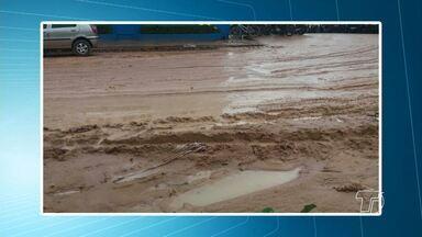 Moradores fazem registros de lamas e buracos na rua Antônio Simões, no Santíssimo - Com as chuvas a situação no local têm piorado.