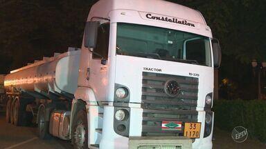 Duas pessoas são presas em Paulínia transportando combustível em caminhão - Segundo informações da PM, foram encontrados mais de 3 mil litros de combustíveis entre gasolina e óleo diesel.