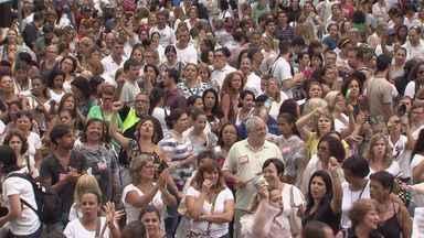 Em dia chuvoso, servidores públicos de Santos protestam na Praça Mauá - Eles continuam em greve geral e pedem por reajuste salarial.