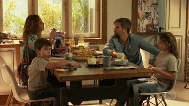 Mario e Alice tomam café da manhã com os filhos - Lourenzo e Giulliana se comportam muito bem à mesa