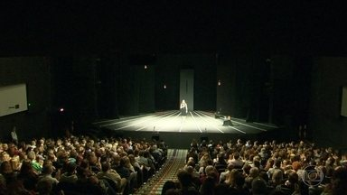 """Sessão especial celebra os 10 anos da premiada peça """"A Alma Imoral"""" - Inspirada no livro do rabino Nilton Bonder e com interpretação e adaptação de Clarice Niskier, a montagem já foi vista por mais de 400 mil pessoas. A sessão especial foi na noite desta segunda-feira (20)."""