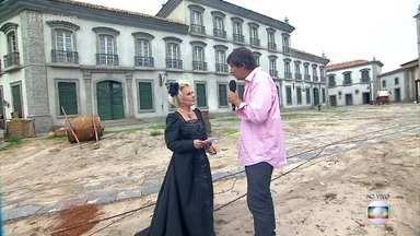 Historiador conta histórias da época de Dom Pedro I - Clóvis Bulcão conversa com Ana Maria Braga na cidade cenográfica da novela 'Novo Mundo'