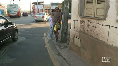 Problemas de infraestrutura tomam conta do centro de São Luís - Canto da Fabril que é conhecido por grande movimentação está tomado por problemas que acabam se transformando em armadilhas no asfalto e calçadas.
