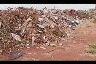 Moradores de Patos de Minas reclamam do descarte irregular de lixo e entulho - Quem faz o descarte diz que na cidade não há um lugar adequado para os resíduos.