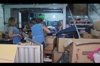 Bazar do Grupo Luta Pela Vida alerta sobre doações de roupas em más condições - Coordenadora diz que já chegou a juntar em um dia 50 sacolas com peças que não podem ser comercializadas.