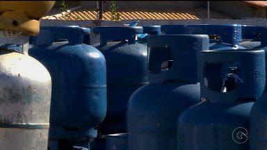 Gás de cozinha sofre aumento - A Petrobras reajustou os preços para uso residencial em quase 10%