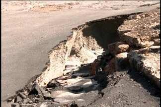 Buraco volta a ser problema em avenida de Divinópolis - Cratera é risco para motoristas e pedestres. Copasa fez reparos e reconstruiu asfalto, mas buraco voltou a ceder.