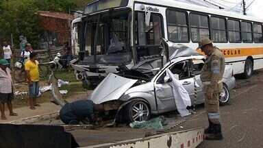 Acidente entre ônibus escolar e carro de passeio acontece no Porto Dantas - Acidente entre ônibus escolar e carro de passeio acontece no Porto Dantas.