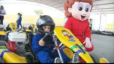 Escolinha de Kart no Conde mantém viva a memória de Ayrton Senna para novas gerações - Piloto da Stock Car, Tuka Rocha foi o escolhido para ministrar curso de pilotagem para crianças de 7 aos 15 anos.