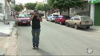 Caminhão-pipa colide contra muro de creche e idoso morre em Caruaru - Parte do muro atingiu o aposentado que estava em um ponto de ônibus.