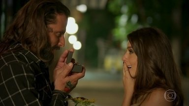 Milena aceita pedido de casamento de Ralf - Eles se beijam apaixonados