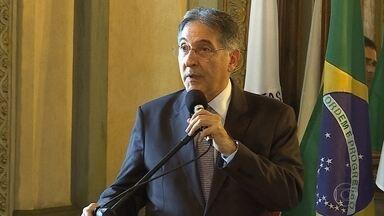 Pimentel envia à ALMG projeto que reformula programa de assistência estudantil - Governador assinou o projeto de lei em uma reunião com deputados, reitores da Unimontes e da Uemg e alunos das duas universidades.