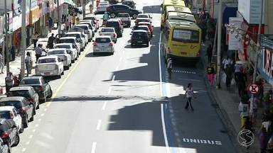 Trânsito sofre mudanças na Avenida Amaral Peixoto, em Volta Redonda, RJ - Comerciantes se queixam da redução do número de vagas de estacionamento.