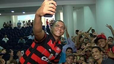 """Após """"relaxada"""", Walter promete emagrecer para brilhar no Atlético-GO - Atacante nega ter chegado aos 106 kg, diz que saiu triste do Goiás por episódio de agressão a goleiro e ainda sonha com a Seleção: """"O Tite gosta muito de mim""""."""