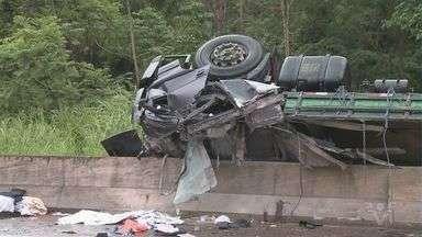Caminhão tomba e provoca vazamento na Régis Bittencourt; motorista morreu - Acidente ocorreu na altura do município de Cajati.