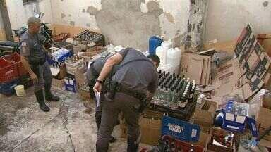 Polícia Militar descobre fábrica de bebidas falsas em Ribeirão Preto, SP - Foram recolhidas dezenas de caixas, pelo menos mil garrafas e até lacres que copiam marcas famosas.