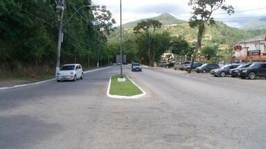 Moradores e motoristas aguardam recuperação da rodovia União Indústria - Assista a seguir.