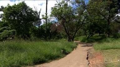 Mulher é estuprada dentro de parque sem manutenção em Carapicuíba - O parque Paturis está com o mato alto, lixo espalhado, e sem iluminação. O parque também é passagem para quem sai da estação de trem, mas quando o sol vai embora, os criminosos chegam e teve até estupro no local, na semana passada. A vítima falou sobre o crime.