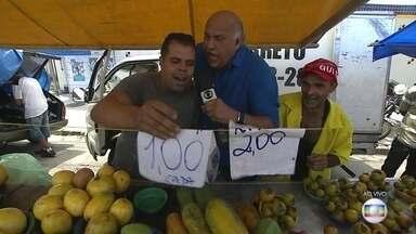 Consumidores vão à feira na hora do almoço em busca de preços mais baixos - Nesta quinta-feira (23), o repórter Márcio Canuto foi à uma feira na Zona Norte e conversou com consumidores que buscam preços mais baixos e por isso vão às compras na hora da 'xepa'.