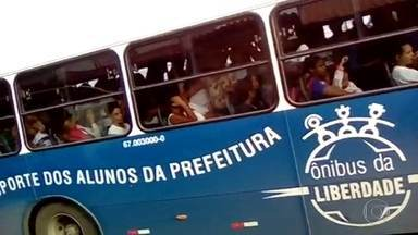 Alunos da rede pública enfrentam ônibus escolar lotados na Zona Oeste do Rio - Projeto ônibus da liberdade atende comunidades onde não há transporte coletivo regular. Mas os ônibus só passam cheios em Guaratiba e tem aluno perdendo a aula