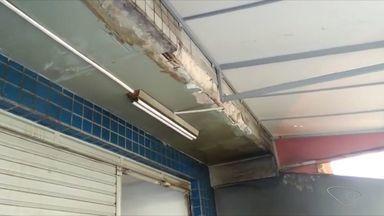 Moradores apontam falhas em prédio em Jardim Camburi, Vitória - Pastilhas faltando e ferragens aparecendo são algumas reclamações.