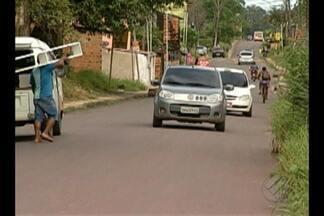 Moradores da passagem Uberaba, no bairro do Tapanã, pedem a sinalização na via - A rua foi pavimentada há poucos meses, e com o asfalto novo, os carros passam em alta velocidade.