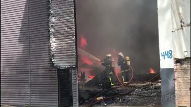 """Incêndio destrói barracão com fantasias da """"Paixão de Cristo"""" - Quatro pessoas que estavam dentro do barracão foram atendidas pelos bombeiros."""