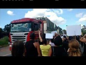 Moradores de Periquito e Naque fizeram uma manifestação na BR-381 - Profissionais da educação, estavam se manifestando contra a reforma da previdência.