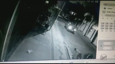 Câmeras de segurança flagram tentativa de homicídio em Descalvado - Imagens mostram motociclista sendo atropelada duas vezes pelo mesmo carro.