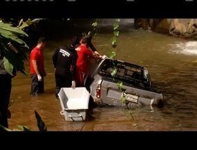 Em Jaguaraçu, carro cai em cachoeira e motorista de 72 anos morre - Homem caiu em cachoeira após perder controle do veículo.